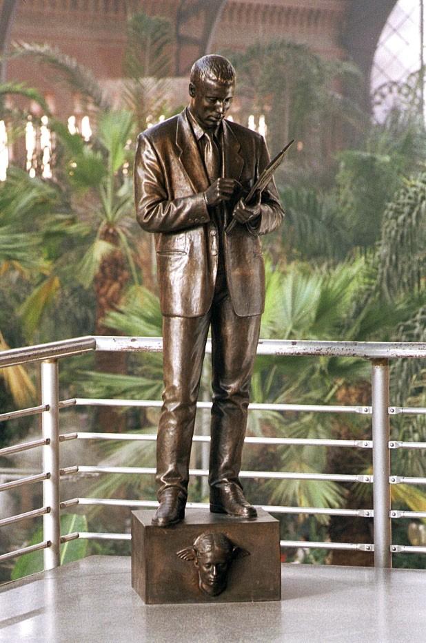 Estatua Homenaje al Agente Comercial. Estación de Atocha. Madrid. Obra del escultor Francisco López Hernández
